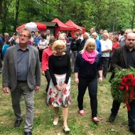 Zleva Ivo Pojezný, Kateřina Konečná, Lenka Ingrová a Filip Zachariaš cestou k položení květin u pomníku partyzána J. Jírovského.